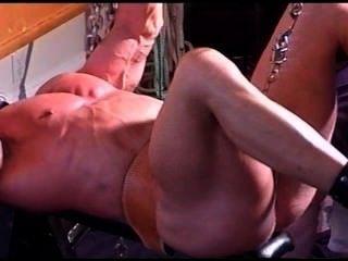Bodybuilder cbt Ball Stretching Knechtschaft.