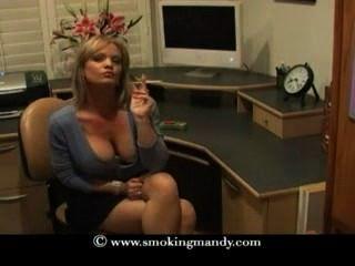 schöne blonde MILF raucht saratoga 120s