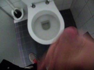 Kerl wichsen und Sperma in der öffentlichen Toilette