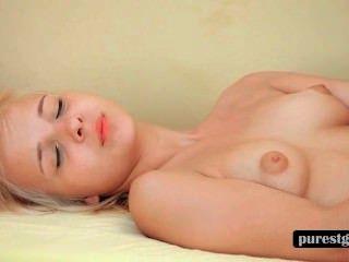 blonde Teen Dildo fickt ihr Verlangen Snatch