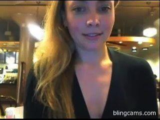 Öffentlichkeit blinkend in einem Café - live und kostenlos Cam-Shows - blingcams.com