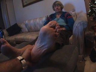 Oma kitzeln Füße
