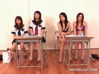 College asiatische Mädchen lernen die perfekte Blasen geben