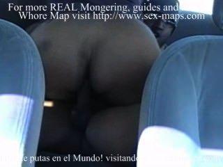 Prostituierte machen einen Anruf im Auto eines Touristen