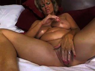 Geile hausfrau strippt im wohnzimmer 2