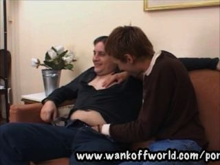 tarado ist unterwürfig Boden und bekommt seinen Partner hart saugen seinen Schwanz