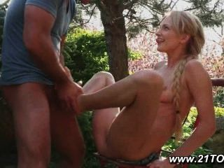 Blondine genießt mit ihrer zierlichen Füße Fetisch foot geben
