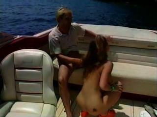 Hot Babe Sex auf einem Boot