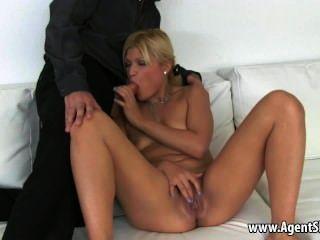 schmackhafte Amateur blonde Babe ihre Mittel ein Blowjob
