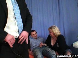 riesige Titted Oma schluckt zwei Hähne