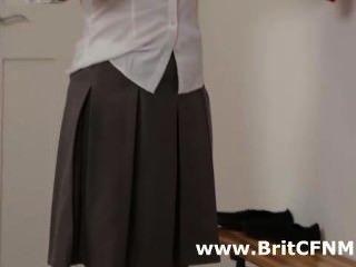 zwei britische cfnm Mädchen in Schuluniform verführen Lehrer