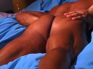 hot muskulösen Kerl Streifen und wichst