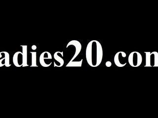 junge lesbs mit Dildo Sex genießen