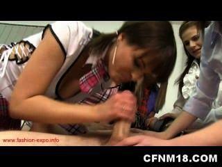 fünf heiße Teenager bestrafen ihre menschlichen Anatomie Lehrer
