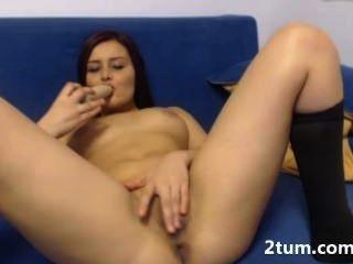 Hot Babe liebt ihre nasse enge Muschi Dildo