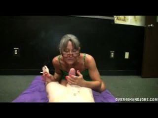 Reife asiatische Fußanbetung und Handjob