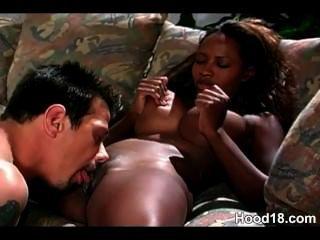 schwarzes Mädchen saugt ihr weiß big dick