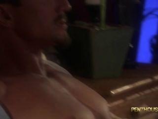Brooke Banner fickt einen Kerl und nimmt seinen Sperma auf Füßen