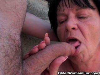 Fett Oma mit 1-Zoll-Nippel wird im Freien gefickt