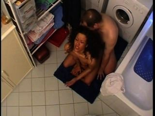 Mann und Frau bekommen im Bad