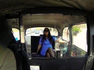 Krankenschwester in ihrer Uniform in gefälschten Taxi gefickt