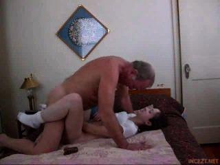 Super sexy junge Mädchen macht ihren Schritt Papa cum schnell und hart