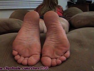 Jessies nackten Füße in Ihrem Gesicht