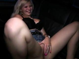 blonde fucks in Taxi, während ihr Mann die Aufnahme