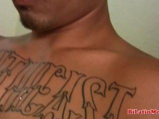 tatted latino großen unbeschnittenen Schwanz