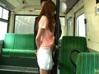 Asiatin wird in Zug ficken
