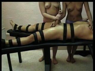 Domina Handjob mit zwei heißen Girls