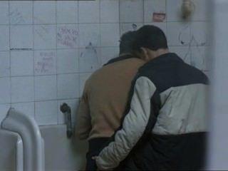 zwei heißen Jungs trafen sich auf einer öffentlichen Toilette und ...