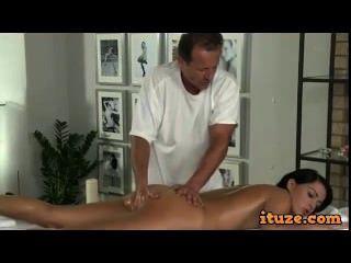 geilen Arsch Babe von Masseur auf Massagetisch gefickt