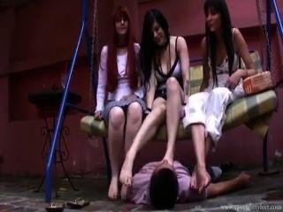 fußanbetung von 3 jungen Göttinnen