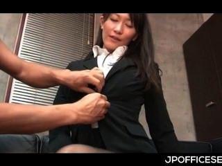 ansprechend asiatischen Sekretärin von ihrem geilen Chef gestrippt und gehänselt