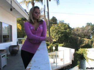 Aleska Diamond raucht auf dem Balkon