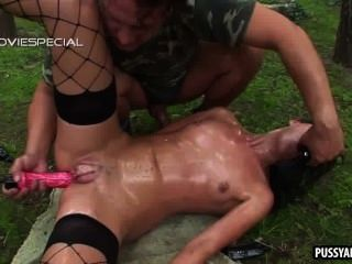 Brünette mit gepumpten Pussy wird anal im Freien gefickt