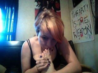sexy goth / emo Mädchen saugt ihre Zehen