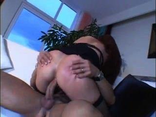 Hot Mom mit großen Titten mag es anal