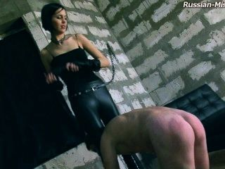 Herrin dominiert Slave