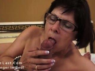 heiße Oma liebt Jungschwänze