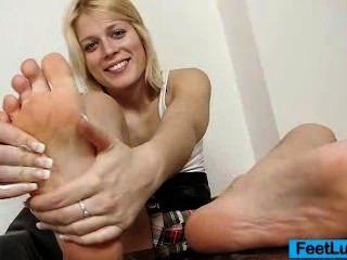 süße blonde süße Katze nackten Füße und foot