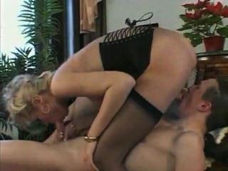 atemberaubende junge Blondine bekommt ihren Schwanz berührt und gefickt