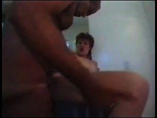 MILF mit großen Titten und Arsch wird von großen Schwänzen gefickt