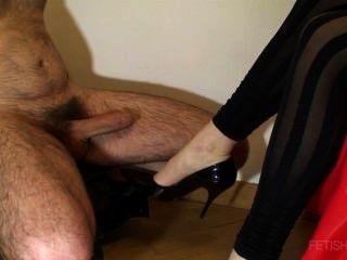 shoejob mit glänzenden Pumpen und Abspritzen auf Bein