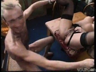 sexy Brünette Hausfrau wird an ihrem Arbeitsplatz shagged