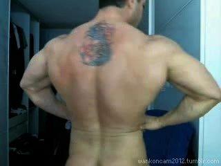Muskel Hunk kommt gleich zweimal auf cam.