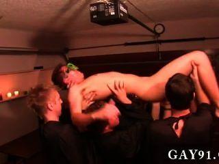 Homosexuell Porno dieser Woche Unterwerfung bietet einige ungewöhnliche hazing Methoden, die