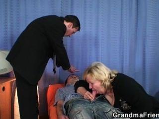 blonde Oma ruft von zwei Schwänze knallte