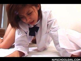Japanische Schule Mädchen Fotze genagelt Doggystyle zum ersten Mal